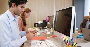 Geschäftsleute, die zusammenarbeiten stock video