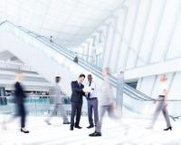Geschäftsleute in einem Einkaufszentrum Stockfotografie