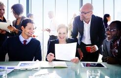 Geschäftsleute in einem Konferenzsaal lizenzfreie stockbilder