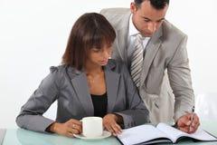 Geschäftsleute an einem Schreibtisch Lizenzfreies Stockbild