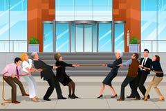 Geschäftsleute in einem Tauziehen Lizenzfreie Stockbilder