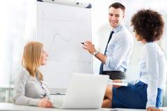 Geschäftsleute an einer Darstellung stockbilder