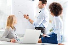 Geschäftsleute an einer Darstellung stockfotografie