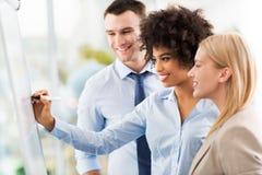 Geschäftsleute an einer Darstellung lizenzfreie stockfotos