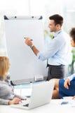 Geschäftsleute an einer Darstellung lizenzfreies stockbild