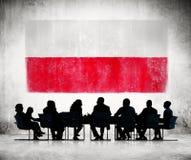 Geschäftsleute in einer Sitzung mit polnischer Flagge Stockfotografie