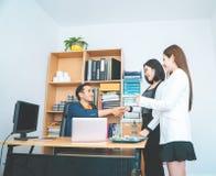 Geschäftsleute Einleitungshändedruck mit Partner lizenzfreie stockfotografie