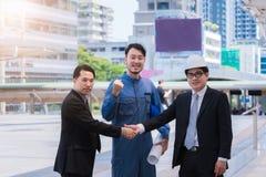Geschäftsleute führen das Rütteln von Händen, die Teamwork aus, welche oben die Partner einer Sitzung beendet, die sich grüßen, n stockfotos