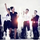 Geschäftsleute Feier-gewinnende Schach-Spiel-Konzept- Lizenzfreies Stockfoto