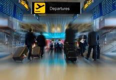 Geschäftsleute am Flughafen lizenzfreie stockfotografie