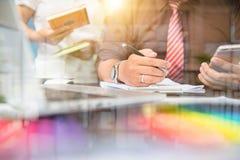 Geschäftsleute 11 Fotoprofessioneller anleger, der neues s bearbeitet Lizenzfreies Stockbild