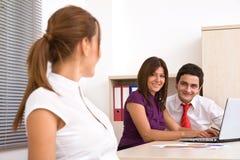 Geschäftsleute glücklich im Büro Stockfoto