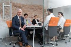Geschäftsleute Gruppenbrainstorming auf Sitzung Lizenzfreie Stockbilder