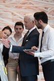 Geschäftsleute Gruppenbrainstorming und Anmerkungen zu flipboar nehmen Stockfotografie