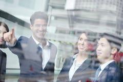 Geschäftsleute Gruppensitzung Stockfotos