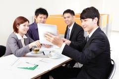 Geschäftsleute Gruppensitzung mit Berührungsfläche Lizenzfreie Stockfotos