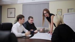Geschäftsleute gruppieren auf Sitzung stock footage