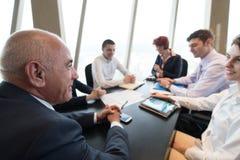 Geschäftsleute gruppieren auf Sitzung Stockfoto