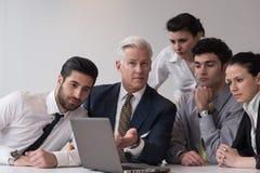 Geschäftsleute gruppieren auf Sitzung im modernen Startbüro Lizenzfreie Stockfotos