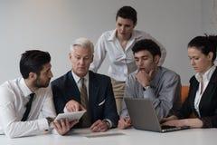 Geschäftsleute gruppieren auf Sitzung im modernen Startbüro Lizenzfreie Stockbilder