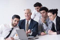 Geschäftsleute gruppieren auf Sitzung im modernen Startbüro Stockbilder