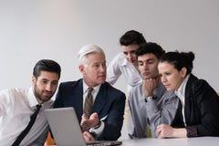 Geschäftsleute gruppieren auf Sitzung im modernen Startbüro Lizenzfreies Stockbild