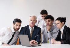 Geschäftsleute gruppieren auf Sitzung im modernen Startbüro Lizenzfreie Stockfotografie