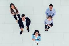Geschäftsleute gruppieren das glückliche Lächeln, das an der modernes Büro-Draufsicht steht, lizenzfreie stockfotografie