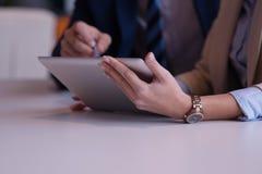 Geschäftsleute gruppieren im Büro Lizenzfreies Stockfoto