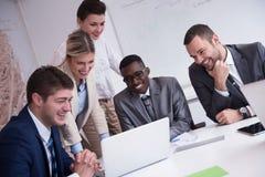 Geschäftsleute gruppieren im Büro Stockfotos