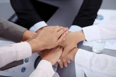 Geschäftsleute gruppieren Verbindungshände und Darstellungskonzept der Freundschaft und der Teamwork Sitzung des Erfolgsteams stockfoto