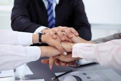 Geschäftsleute gruppieren Verbindungshände und Darstellungskonzept der Freundschaft und der Teamwork Sitzung des Erfolgsteams stockbild