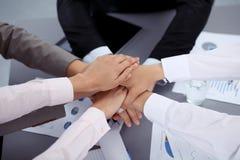 Geschäftsleute gruppieren Verbindungshände und Darstellungskonzept der Freundschaft und der Teamwork Sitzung des Erfolgsteams lizenzfreies stockfoto