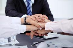 Geschäftsleute gruppieren Verbindungshände und Darstellungskonzept der Freundschaft und der Teamwork Sitzung des Erfolgsteams lizenzfreie stockbilder