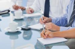 Geschäftsleute Hände, die einige Kenntnisse nehmen Lizenzfreie Stockfotos