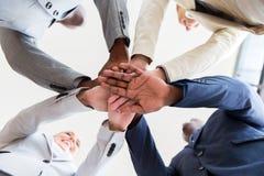 Geschäftsleute Hände zusammen lizenzfreie stockbilder