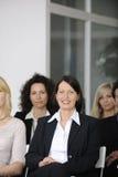 Geschäftsleute an hörendem Vortrag der Konferenz Stockbild