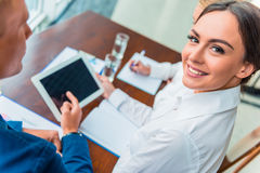 Geschäftsleute im Büro Stockbilder