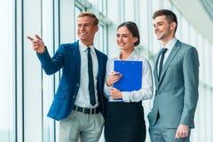 Geschäftsleute im Büro Lizenzfreie Stockfotografie