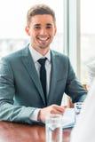 Geschäftsleute im Büro Lizenzfreie Stockfotos