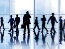 Geschäftsleute im Büro mit unterschiedlicher Tätigkeit Lizenzfreie Stockfotos