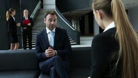 Geschäftsleute im Bürogebäude stock video