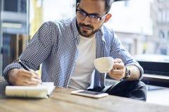 Geschäftsleute im blauen Hemd, das im modernen Café arbeitet Stockbilder
