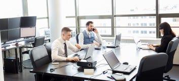 Geschäftsleute im modernen Büro stockfoto