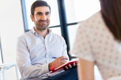 Geschäftsleute am Interview im Büro Lizenzfreie Stockfotografie