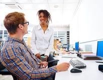Geschäftsleute junger multi ethnischer Computertisch Lizenzfreie Stockbilder