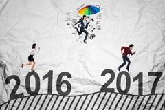 Geschäftsleute laufen gelassen in Richtung zu 2017 Lizenzfreie Stockbilder