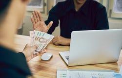 Geschäftsleute lehnen ab, mit Nutzen bezahlt zu werden, der es schneller arbeiten lassen als andere stockfoto