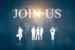 Geschäftsleute Männer und Frauen auf einer Weltkarte mit blauem Hintergrund Mitteilung, damit Firma uns verbindet stockbild