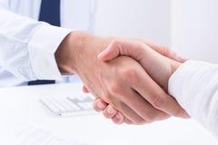 Geschäftsleute machen ein Abkommen. Lizenzfreie Stockfotos